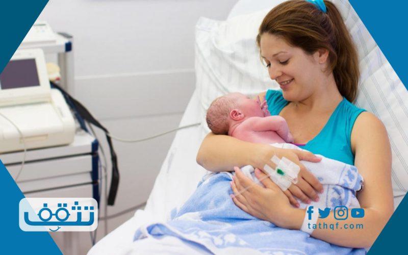 ما المعلومات التي توضع على السوار الخاص بالام وطفلها بعد الولادة مباشرة
